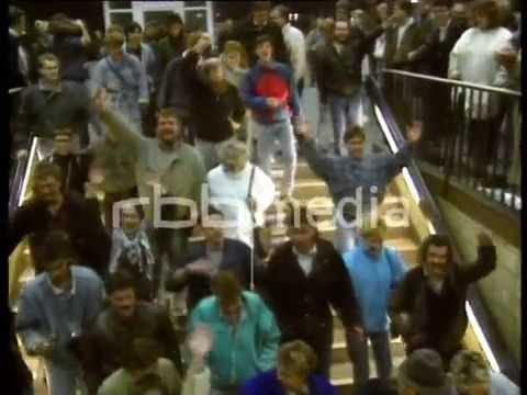 Ost-Berliner strömen in den Westen, 1989